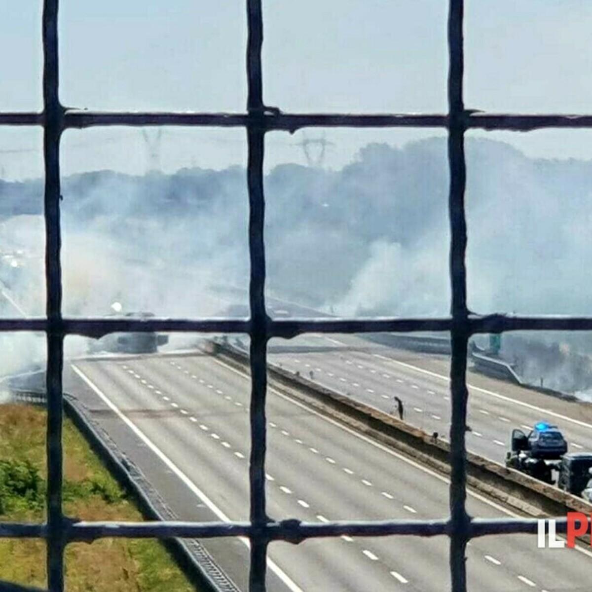Tragedia sulla A1, autotreno tampona cisterna: i mezzi pesanti prendono fuoco, due morti