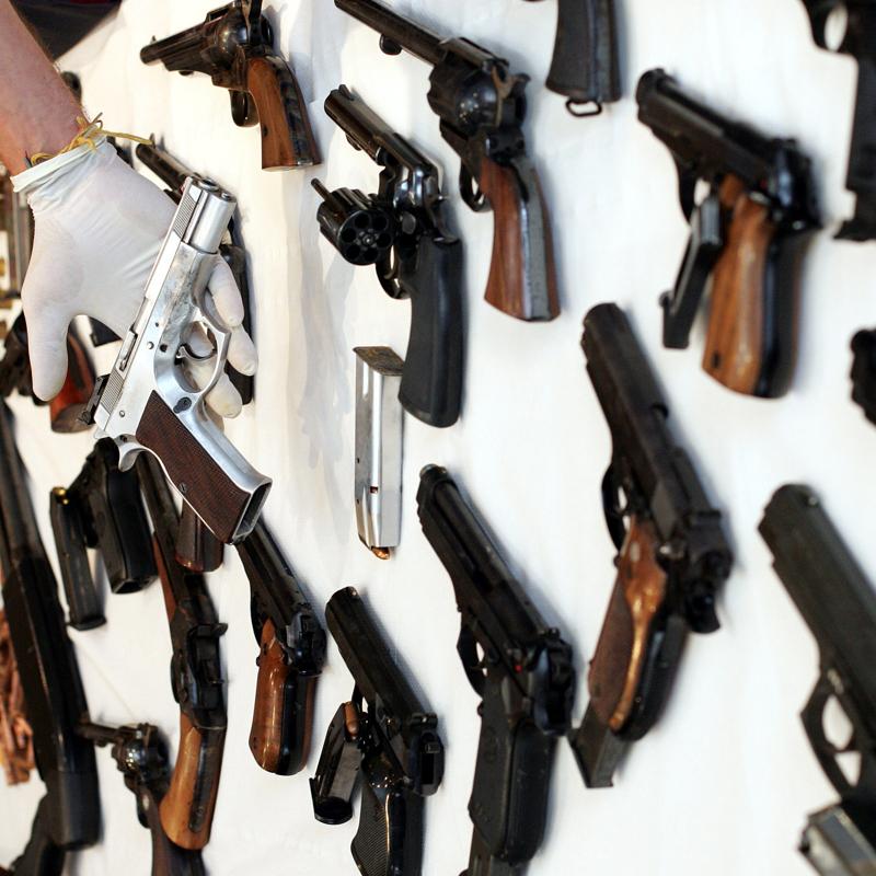 La legge per limitare la vendita di armi e controllare il rilascio delle licenze in Italia