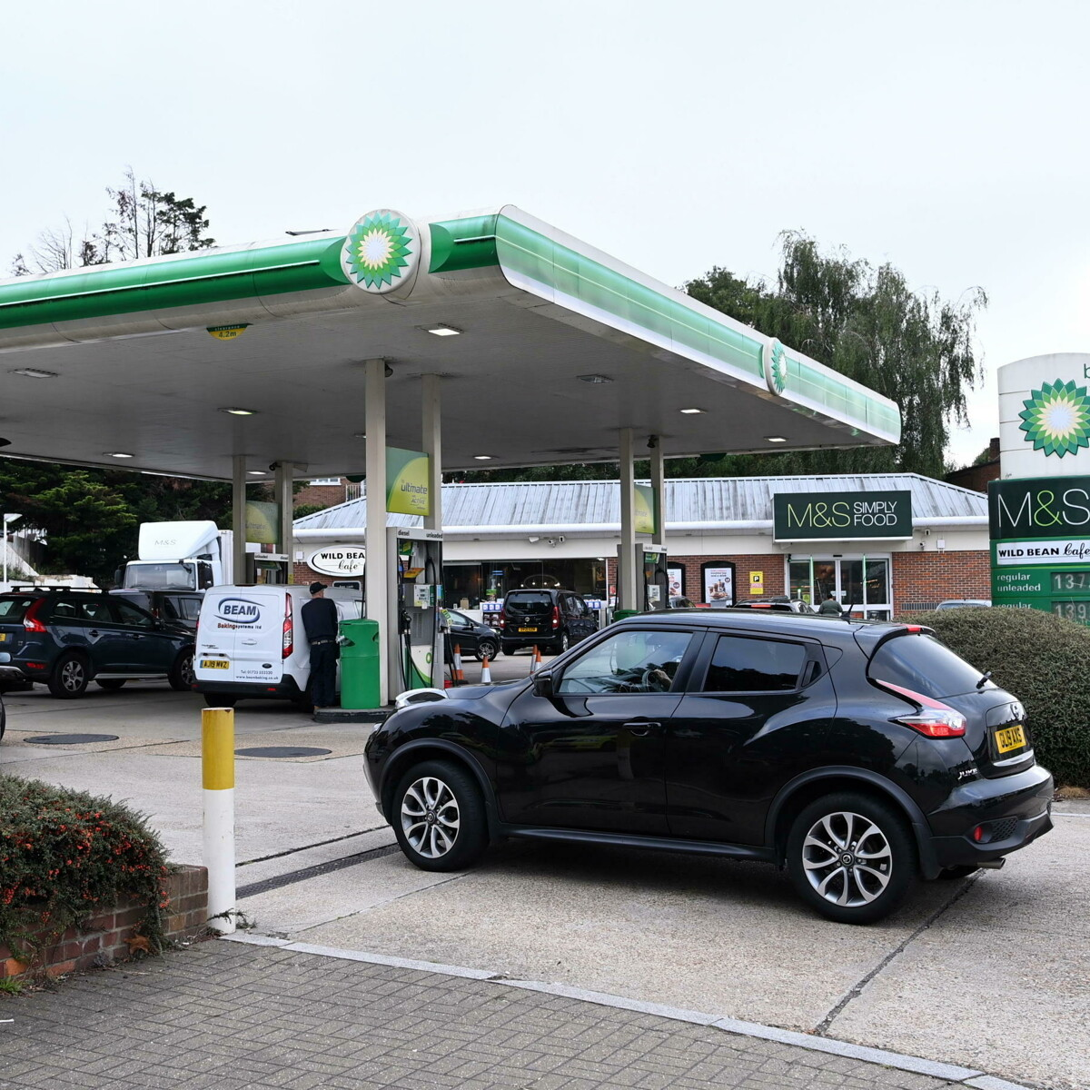 Pompe di benzina chiuse e caro alimenti del 5%, ora Londra teme la crisi