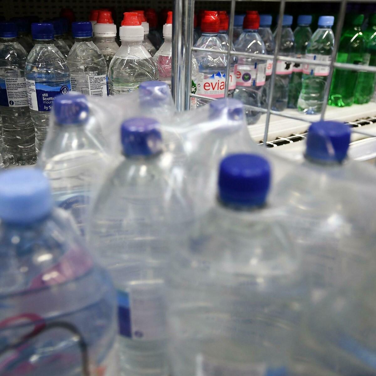 Disastro plastica, l'acqua in bottiglia è 3.500 volte peggio per l'ambiente di quella del rubinetto