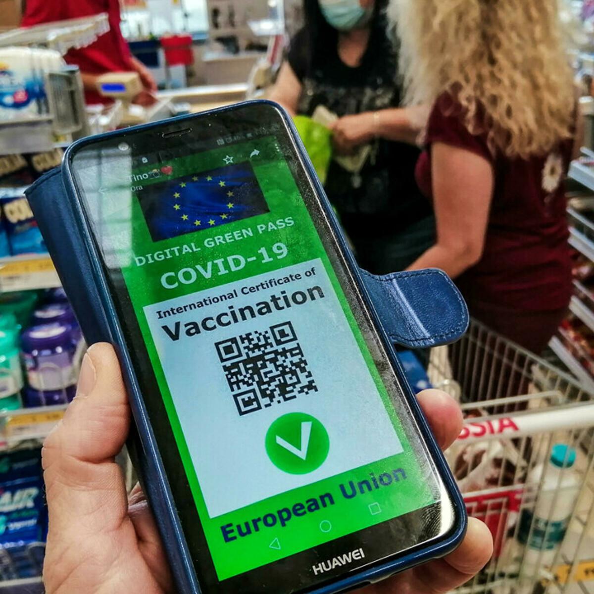 Ue: Green pass resti valido anche senza terza dose