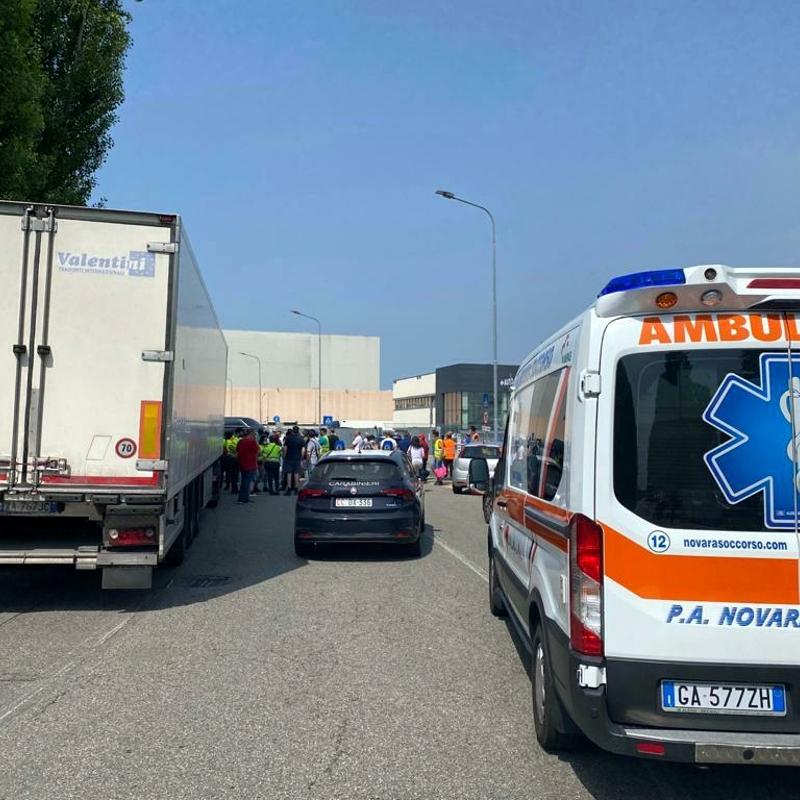"""Sindacalista investito, arrestato l'autista del camion. I manifestanti: """"Ha forzato il blocco"""""""