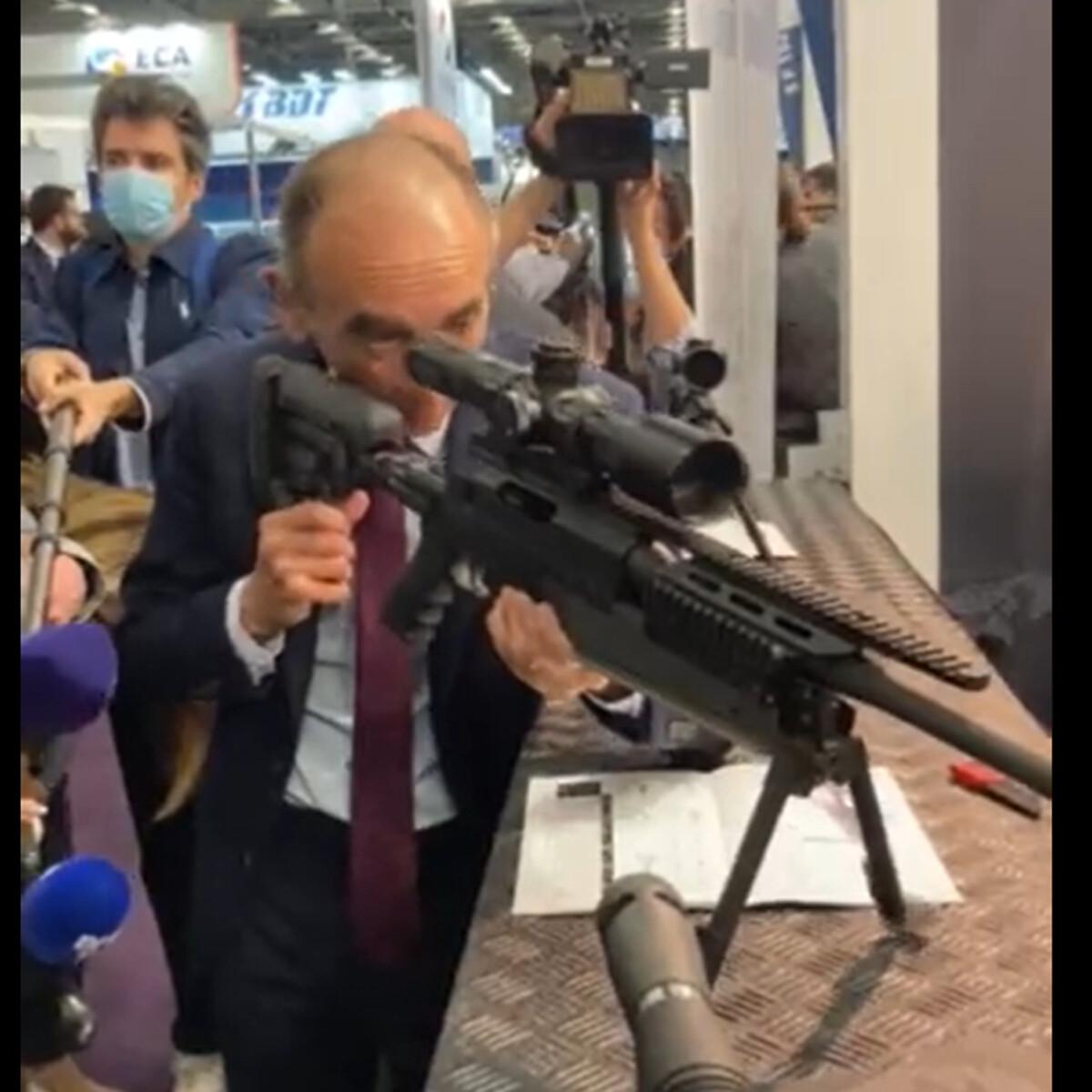 Leader di destra punta un fucile contro i giornalisti: polemica in Francia