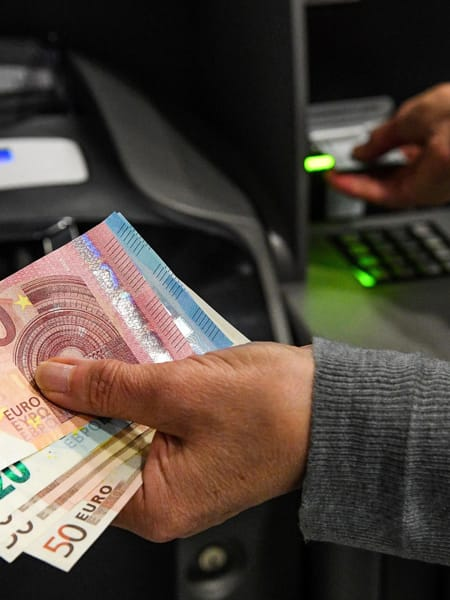 """Bancomat, cambia tutto? Commissioni e prelievi: perché si parla di """"rivoluzione"""" in arrivo"""