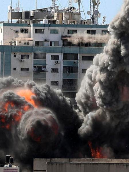 Il palazzo della stampa bombardato a Gaza: il momento in cui l'edificio collassa