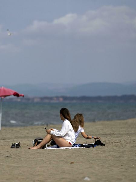 Riaprono spiagge e piscine: le regole per la ripartenza in vista dell'estate